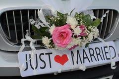 在汽车` s树干附有的结婚的标志 免版税库存图片