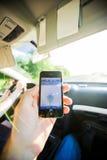 在汽车GPS iPhone方向里面的人航海 免版税库存图片