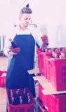 在汽酒工厂的男性雇员包装酒瓶 免版税库存图片