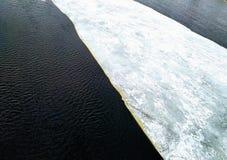 在沃尔霍夫河的冰漂泊 库存图片