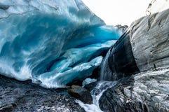 在沃辛顿冰川的冰洞在阿拉斯加Ameri美国  免版税库存图片