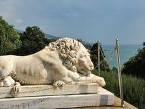 在沃龙佐夫宫殿附近的说谎的狮子在克里米亚 免版税库存照片