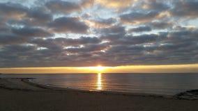 在沉重海洋的日出 库存照片