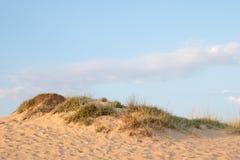 在沙丘外缘的蓝天 库存图片