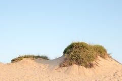 在沙丘外缘的蓝天 库存照片