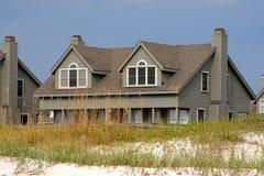 在沙丘房子沙子之后的海滩 免版税库存照片