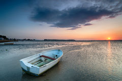 在沙丘海滩的小船 库存图片