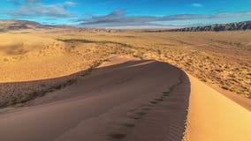 在沙丘的冠的人的脚印在国家公园Altyn Emel 4K TimeLapse -阿尔玛蒂9月2016年,和 股票视频