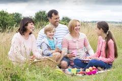 在沙丘的家庭野餐 免版税库存照片