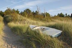在沙丘的小风船船身 免版税库存照片
