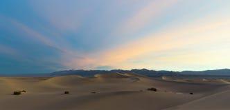 在沙丘的日出在死亡谷 免版税图库摄影