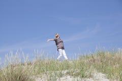 在沙丘的步行 图库摄影