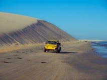 在沙丘的汽车 库存图片
