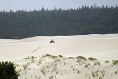 在沙丘的沙地汽车 免版税库存照片