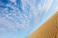 在沙丘的美丽的天空 免版税库存照片