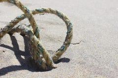 在沙丘的老被风化的钓鱼的绳索在含沙沿海海洋海滩 库存图片