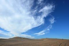 在沙丘的蓝色多云天空 免版税库存图片