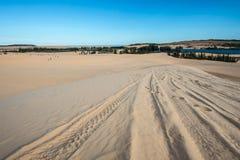 在沙丘的蓝色多云天空 图库摄影