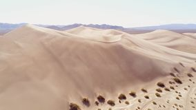 在沙丘的飞行在沙漠 影视素材