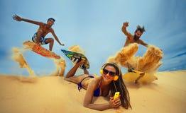 在沙丘的Kitesurfers 库存图片