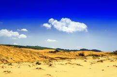 在沙丘边缘。 免版税图库摄影