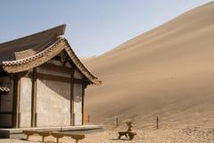 在沙丘附近的中国亭子在沙漠 免版税库存照片
