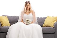 在沙发安装的沮丧的新娘 库存图片