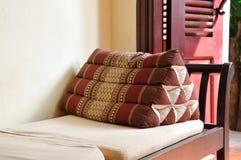 在沙发椅子的泰国样式枕头 库存照片