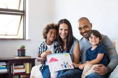 在沙发的不同种族的家庭 免版税库存图片
