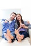 在沙发的夫妇 免版税库存照片