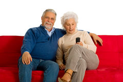 在沙发的年长夫妇 免版税库存图片