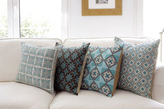 在沙发的手工制造被绣的枕头 库存图片