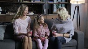 在沙发的无忧无虑的家庭消费休闲 股票视频