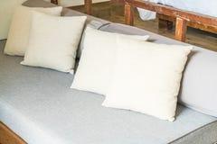 在沙发的枕头 免版税库存照片