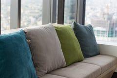 在沙发的枕头,内部 免版税库存图片