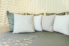 在沙发的枕头 免版税库存图片