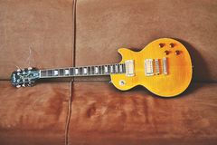 在沙发的电吉他 免版税库存图片