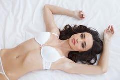 在沙发的秀丽。美丽的少妇顶视图女用贴身内衣裤的ly 免版税库存图片