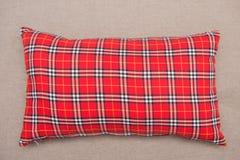 在沙发的红色格子花呢披肩枕头 库存图片
