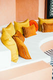 在沙发的美丽的豪华枕头 免版税库存照片