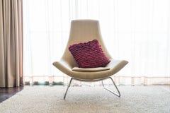 在沙发装饰的美丽的豪华枕头在客厅interio 免版税库存照片