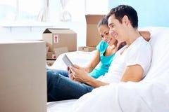 在沙发移动的夫妇 免版税库存照片