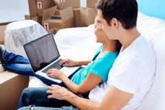 在沙发移动的夫妇 免版税库存图片