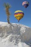 在沙子二白色的气球 库存照片