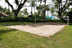 在沙子做的比赛法院位于在一棵遮荫树下 免版税图库摄影
