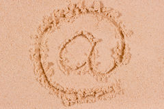 在沙子写的互联网@标志 免版税库存照片