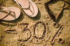 30在沙子写的信 免版税库存图片