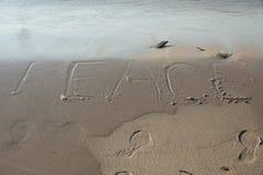 在沙子写的和平 免版税库存照片