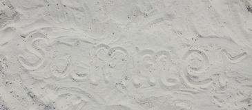 在沙子写的夏天在海滩 免版税库存图片