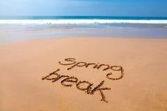 在沙子写的春假-热带海滩 免版税库存图片
